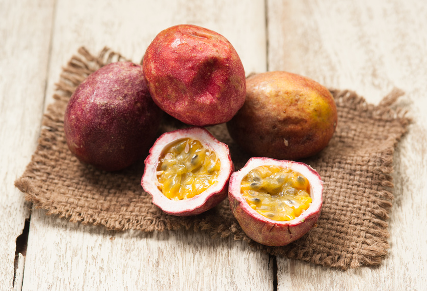 Fotolia_120761548 Passion fruits on wooden background
