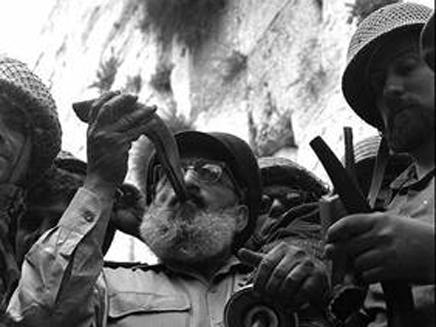 הרב הצבאי הראשי שלמה גורן, תוקע בשופר ברחבת הכותל המערבי עם כיבושו 7 ביוני 1967. צלם: דוד רובינגר