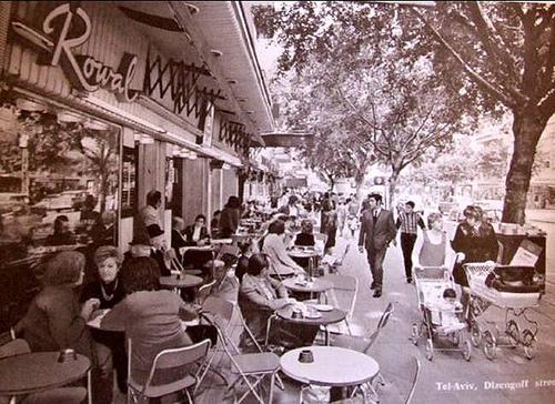 קפה רוול, תל אביב. שנות השישים בקירוב. צלם לא ידוע.