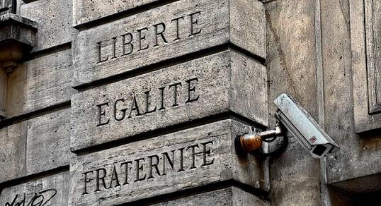 """""""שיוויון, חירות ואחווה"""" בקרן רחוב בפריז"""