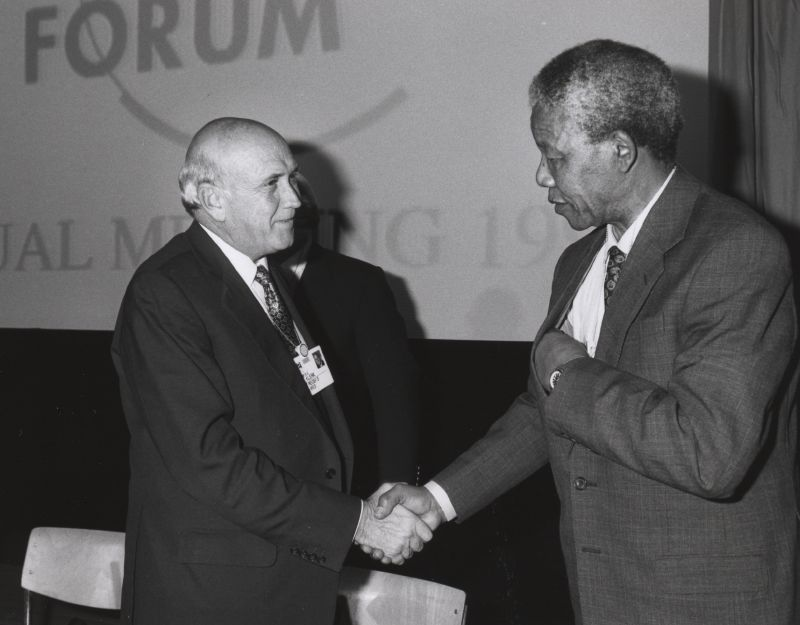 פגישה בין נלסון מנדלה ופרדריק דה קלרק Frederik de Klerk (left) and Nelson Mandela (right) shake hands at the Annual Meeting of the World Economic Forum held in Davos in January 1992. Copyright © World Economic Forum Photographer unknown Source: Flickr, Creative Commons ShareAlike 2.0