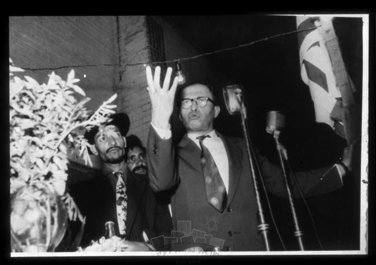 """מקור: אתר """"ישראל נגלית לעין"""",  http://www.israelalbum.org.il/ מנחם בגין נואם בפני חניכי בית""""ר במסגרת מסע הבחירות לכנסת, שיכון ג' ראש העין. מקור: לא ידוע. צלם: לא ידוע"""