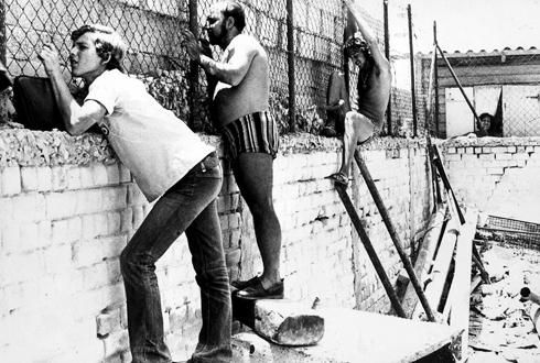 מתוך: מציצים 1972. במאי: אורי זוהר. צלם: אדם גרינברג