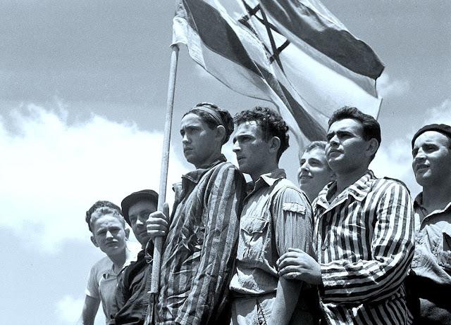 15.07.1945 ניצולים מבוכנוואלד על ספינת המעפילים בהגיעם לנמל תל אביב. צלם לא ידוע/לא אותר