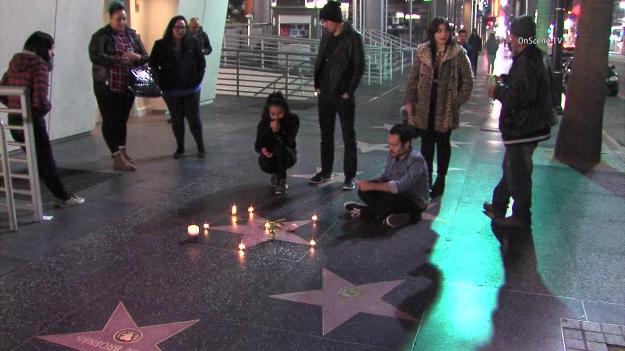 הכוכב של דיוויד בואי, בשדרת הכוכבים בהוליווד,  עם מותו  Fans gather at Bowie's star at 7021 Hollywood Boulevard. Courtesy OnScene.TV
