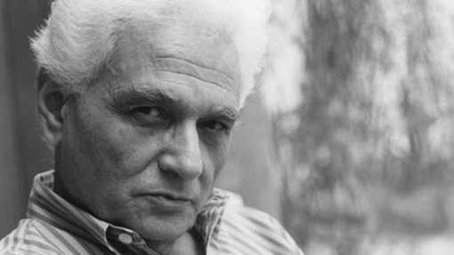 Jacques Derrida chez lui, en 1989.• Crédits : Anne Selders - Sipa